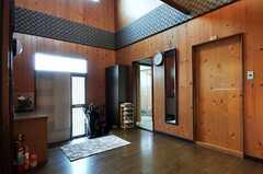 内部から見た玄関周りの様子2。玄関脇の開いたドアが水周り設備へ続きます。右手の引き戸は101号室。(2011-04-23,周辺環境,ENTRANCE,1F)