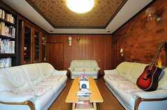 小さめのテーブルを、ソファがぐるりと囲んでいます。(2011-04-23,共用部,LIVINGROOM,1F)