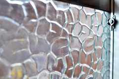 ガラスの模様もステキです。掃き出し窓の外には庭があります。(2011-04-23,共用部,OTHER,1F)