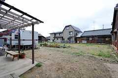 庭にワンコがいます。端に見える白いトレーラーにはオーナーさんが住んでいるそう。(2011-04-23,共用部,OTHER,1F)