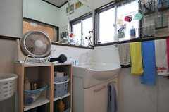 洗面台の脇には部屋ごとの洗面用具を置ける棚があります。(2011-04-23,共用部,BATH,1F)