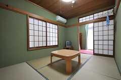 専有部の様子。奥に洋室があり、ふた間続きです。(101号室)(2011-04-23,専有部,ROOM,1F)