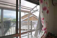 部屋から見たベランダの様子。(203号室)(2011-04-23,専有部,ROOM,2F)