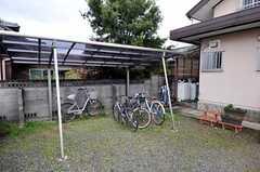 自転車置場の様子。敷地が広いのでバイクも車も置くことができます。(2011-04-23,共用部,GARAGE,1F)