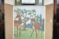 タイルで鹿が描かれています。(2011-04-23,共用部,ENVIRONMENT,1F)