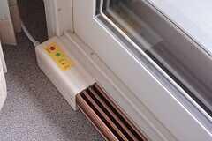 窓際には補助暖房が設置されています。。(401号室)(2015-02-05,専有部,ROOM,4F)