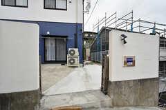 シェアハウスの入り口。アコーディオンフェンスが取り付けられています。(2016-08-18,周辺環境,ENTRANCE,1F)