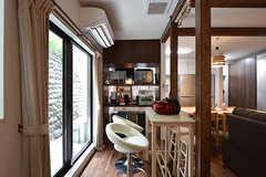 窓際はキッチン家電が。対面には入居者さんが自由に使える棚があります。(2016-08-18,共用部,LIVINGROOM,1F)