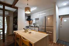 ダイニングテーブルの様子。奥にキッチンがあります。(2016-08-18,共用部,LIVINGROOM,1F)