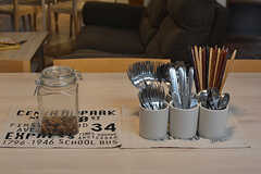カトラリーはテーブルの上に並んでいます。左手の瓶にはオーナーさん手作りのグラノーラが。(2016-08-18,共用部,KITCHEN,1F)