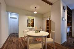 丸テーブルの奥に洗面台とトイレがあります。(2016-08-18,共用部,KITCHEN,1F)