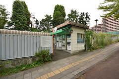 台原駅の出入り口の目の前に駐輪場があります。(2016-08-18,共用部,ENVIRONMENT,1F)