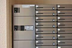 郵便受けと宅配BOXの様子。郵便受けは鍵付きで、専有部ごとに分かれています。(2018-05-29,周辺環境,ENTRANCE,1F)