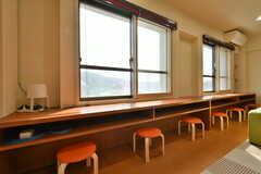 窓際にはカウンターテーブルが設置されています。(2018-05-29,共用部,LIVINGROOM,3F)
