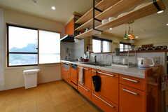 キッチンの様子2。目を惹くオレンジ色です。(2018-05-29,共用部,KITCHEN,3F)