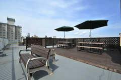 屋上の様子。パラソルとベンチが設置されています。物干し場としても利用できるよう、柵には物干し金具も設置されています。(2019-04-10,共用部,OTHER,5F)