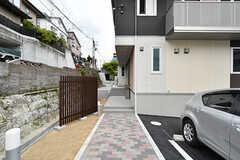玄関へのアプローチ。(2017-05-01,周辺環境,ENTRANCE,1F)
