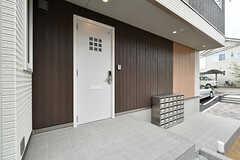 玄関ドアの様子。(2017-05-01,周辺環境,ENTRANCE,1F)