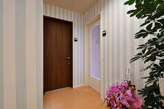 廊下の様子。ガラス扉の奥がリビングです。(2017-05-01,共用部,OTHER,1F)