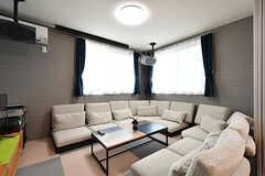 ソファスペースの様子。ぐるりとソファが囲んでいます。(2017-05-01,共用部,LIVINGROOM,1F)