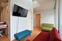 ソファスペースの様子3。壁にTVが設置されています。(2017-05-01,共用部,OTHER,2F)