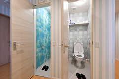 トイレの様子。左手が女性用、右手が男性用です。(2017-05-01,共用部,TOILET,2F)
