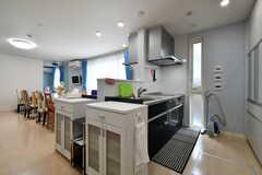 キッチンは対面式で2台設置されています。(2018-02-28,共用部,KITCHEN,1F)