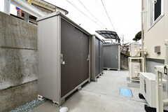 駐輪場側には倉庫が設置されています。(2018-02-28,共用部,GARAGE,1F)