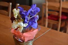 花が飾られています。(2015-09-28,共用部,LIVINGROOM,1F)