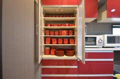 食器棚の様子。テーマカラーは赤。(2015-09-28,共用部,KITCHEN,1F)