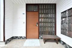 玄関ドアの様子。(2017-03-21,周辺環境,ENTRANCE,1F)