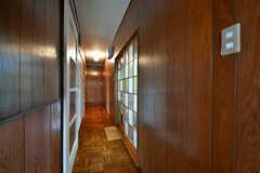 廊下の様子。右手にリビングがあります。(2017-03-21,共用部,OTHER,1F)