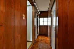 廊下の様子。左手に洗面とトイレ、右手にバスルームがあります。(2017-03-21,共用部,OTHER,1F)