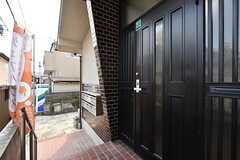 シェアハウスの玄関ドア。(2016-04-27,周辺環境,ENTRANCE,1F)