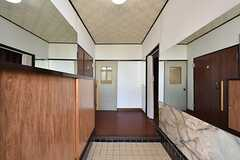 玄関から見た内部の様子。壁の両側に鏡が貼ってあるため、広く感じます。(2016-04-27,周辺環境,ENTRANCE,1F)