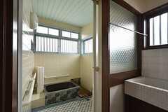 バスルームと脱衣室の仕切りはすりガラスです。(2016-04-27,共用部,BATH,1F)
