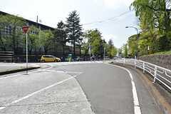 近くに学校があり、緑の多いエリアです。(2016-04-27,共用部,ENVIRONMENT,1F)