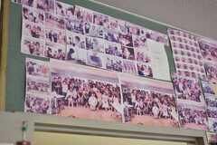 壁一面に写真が飾られています。(2018-05-30,共用部,LIVINGROOM,1F)
