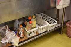 炊飯器の下は、収納スペースです。(2018-05-30,共用部,KITCHEN,1F)
