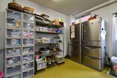 冷蔵庫脇には収納棚が設置されています。(2018-05-30,共用部,KITCHEN,1F)