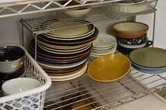 収納棚の様子。共用の食器が収納されています。(2018-05-30,共用部,KITCHEN,1F)