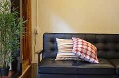 リビングには存在感のあるソファ。(2012-09-29,共用部,LIVINGROOM,3F)
