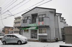 シェアハウスの外観。運営事業者さんの店舗も併設しています。シェアハウスの正面玄関は建物右手から回り込んだ場所にあります。(2012-03-03,共用部,OUTLOOK,1F)