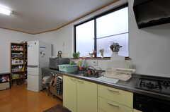 壁際には部屋ごとに分けられた食材などを置けるスペースがあります。(2012-03-03,共用部,KITCHEN,1F)