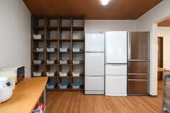専有部ごとに用意された収納と冷蔵庫の様子。(2019-04-08,共用部,KITCHEN,1F)