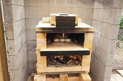 ピザパーティーの様子3。庭に作ったピザ窯。定期的に組み立てて使うとのこと。 ※事業者様提供素材(2014-09-02,共用部,PARTY,1F)
