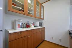 食器棚とキッチン家電の様子。(2017-07-22,共用部,KITCHEN,3F)