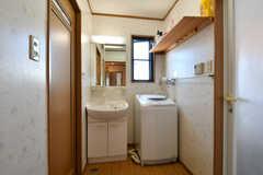 脱衣室に設置された洗面台と洗濯機。(2017-07-22,共用部,BATH,3F)