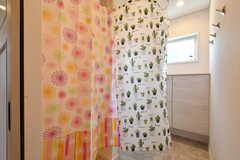 脱衣スペースはカーテンで仕切って使用します。(2018-06-30,共用部,BATH,1F)