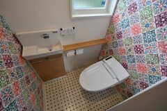 ウォシュレット付きトイレの様子。カラフルな壁紙です。(2018-06-30,共用部,TOILET,2F)